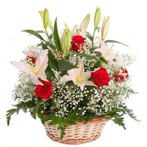 Cesta lilums y rosas coloridas