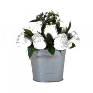 Flores surtidas en baldes